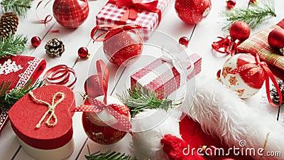 Conífer twigs e baubles perto de presentes de Natal filme