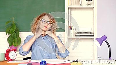 Conceito da aprendizagem e da educa??o Estudante fêmea sério novo que estuda na escola Estudante feliz novo O professor ? especia vídeos de arquivo