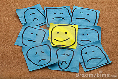 Conceito da atitude positiva na placa da cortiça