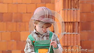 Conceito da inf?ncia Rapaz pequeno que sonha sobre uma casa nova Ajudante do filho Crian?a e trabalhos Casa bonito da construção  filme