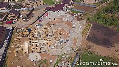 Conceito de construção da obra Clipe Topview sobre edifício familiar incompleto com feixe de madeira vídeos de arquivo