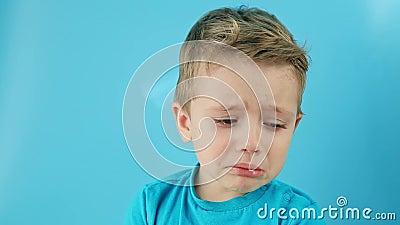 Conceito de emoção O garotinho de repente se chocou em lágrimas Criança não pode se acalmar e confundir filme
