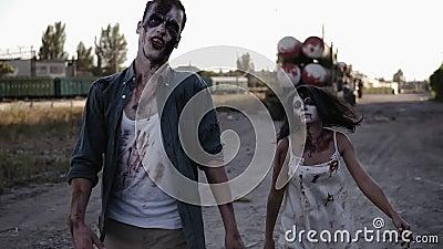 Conceito do película do horror de Dia das Bruxas Imagem do homem assustador e fantasma fêmea ou zombi que andam com cara ferida filme