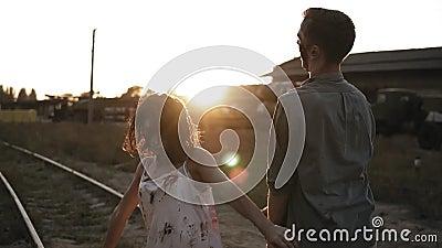 Conceito do película do horror de Dia das Bruxas Imagem de zombis masculinos e fêmeas assustadores fora, estando na estrada de fe filme