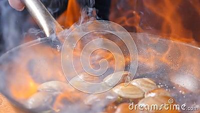 Conceito do restaurante Cozinhando o prato do flambe Massa tradicional com camarão, moluscos, mexilhões Espaguetes de dar água na video estoque