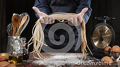 Conceito italiano da culin?ria Cozinheiro chefe que guarda a massa apenas-feita acima da placa de madeira, utens?lio da cozinha a filme