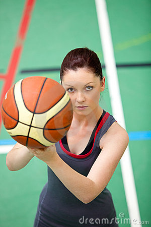 Free Concentrated Young Woman Playing Basket-ball Royalty Free Stock Photos - 15970978