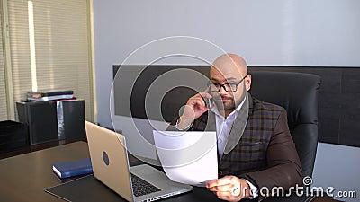 Concept d'affaires, de personnes, d'écritures et de technologie - homme d'affaires avec l'ordinateur portable et les papiers fonc banque de vidéos