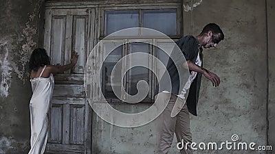 Concept d'horreur de Veille de la toussaint Photo de mâle rampant et fantôme femelle ou zombi marchant avec le visage blessé Un v clips vidéos