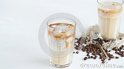 Concept de café et des cocktails La crème s'est renversée dans le café avec de la glace banque de vidéos