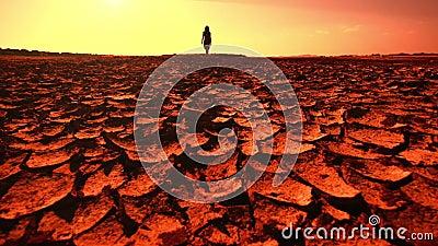 Concept de réchauffement global Jeune femme marchant à travers le désert banque de vidéos