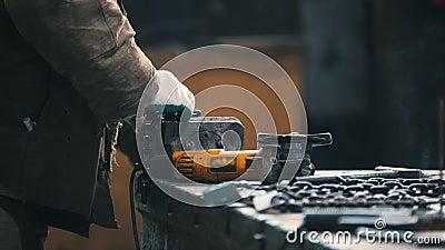 Concept industriel Un travailleur d'homme mesurent une chaîne noire et la mettre dans la bride clips vidéos