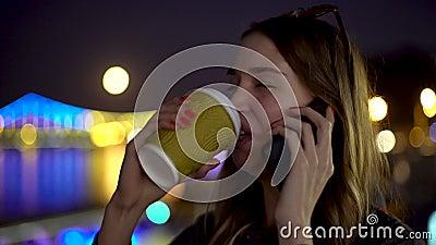 Concept-Portrait der geschäftigen Dame, die über Smartphone-Drinks Kaffee auf der Nacht verwischten urbanen Hintergrund des stock video