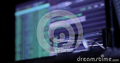Concepto cibernético del ataque vidrios en el teclado, en el fondo del monitor