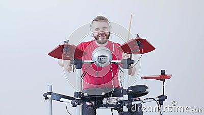 Concepto de fabricaci?n de la afici?n y de la m?sica Hombre joven que juega los tambores en casa o en un estudio de grabaci?n almacen de metraje de vídeo