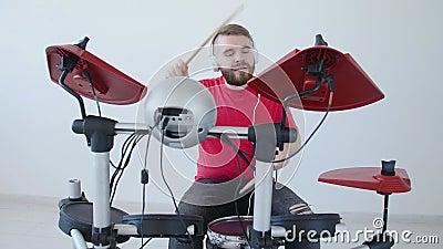 Concepto de fabricaci?n de la afici?n y de la m?sica Hombre joven que juega los tambores en casa o en un estudio de grabaci?n metrajes
