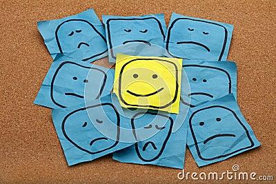 Concepto de la actitud positiva en tarjeta del corcho