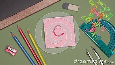 Concepto de la escuela La mano de la mujer que escribe el grado C, marca satisfactoria en la libreta metrajes