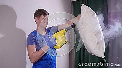 Concepto de mobiliario y limpieza de apartamentos Jinete quitando la suciedad del cojín de almohada con filtro de vapor metrajes