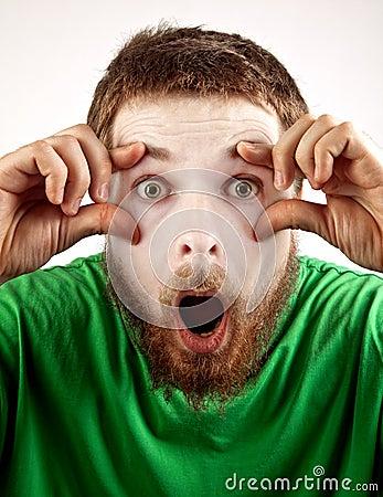 Concepto del exitazo - mime sorprendente que mira al hombre