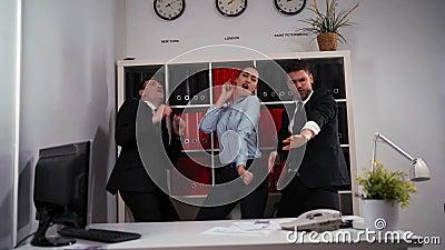 Concepto del negocio - equipo feliz del negocio que celebra la victoria y la danza en oficina almacen de metraje de vídeo