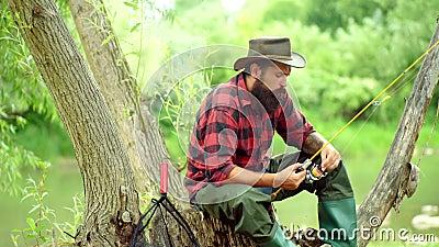 Concepts de la pêche réussie. La pêche à la mouche est la méthode la plus connue pour capturer la truite et le saumon. Pêche banque de vidéos