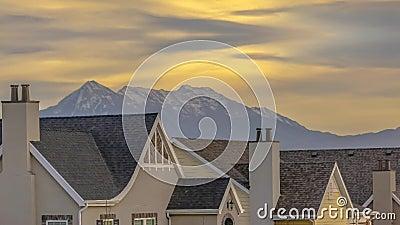 Conceptuele remix van dak van huizen tegen berg en lucht in Utah stock video