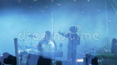 concert van de muziekgroep Brainstorm in Zaryadye Park in Moskou stock video