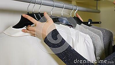 Concetto di acquisto Una ragazza di stile si è vestita bene, essendo felice di scegliere Cosa indossare oggi voglio archivi video