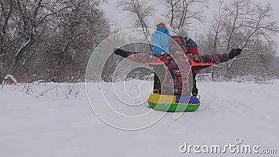 Concetto di famiglia felice bambino e madre hanno guidato il padre sulla neve concetto di infanzia felice Figlia e archivi video