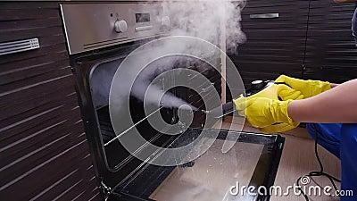 Concetto di pulizia delle case Pulizia di cucine con vapore archivi video