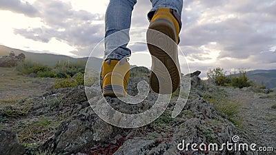 Concetto di Viaggiatore Attivo Uomo 30s Passeggia per le montagne per raggiungere il massimo successo da solo stock footage