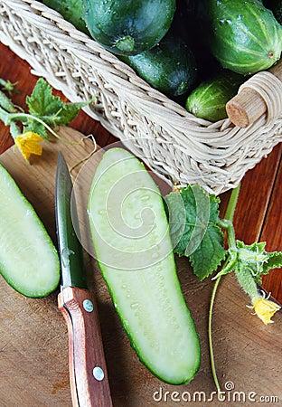 Concombre mûr de coupe sur la planche à découper