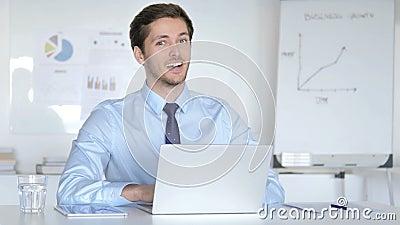 Concorde o homem de negócios novo Accepting Offer no escritório vídeos de arquivo