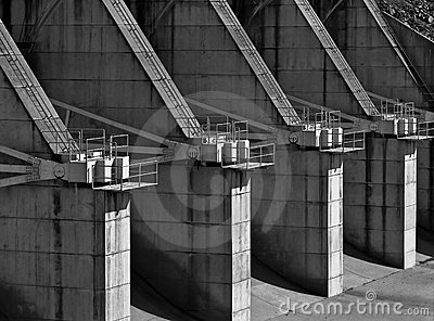 Concrete dam spillway flow control stations