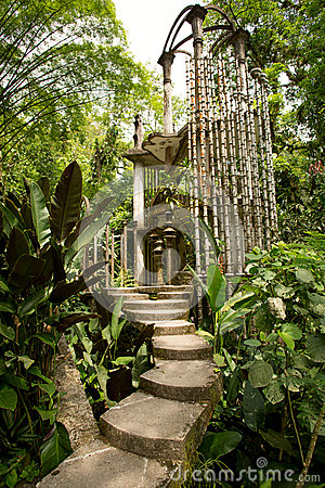Free Concrete Structure In The Jungle Royalty Free Stock Photos - 43287988
