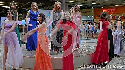 Concurrencez sur le défilé de mode, modèles en égalisant les robes élégantes sur le podium banque de vidéos