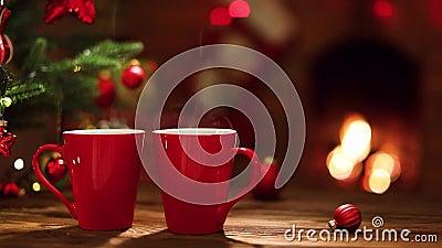 Condecorações de Natal e xícaras de café vermelhas sobre fundo de lareira filme
