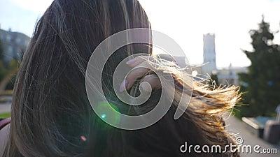 Condizione irriconoscibile della bruna alla via ed ai capelli urbani di raddrizzamento Condizione della ragazza all'ambiente dell stock footage