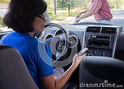 Condução da mulher e acidente de Texting