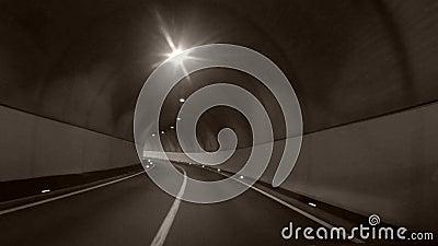 Conducción de automóviles a través de un túnel metrajes