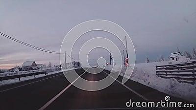 Conducción en un camino de la montaña metrajes