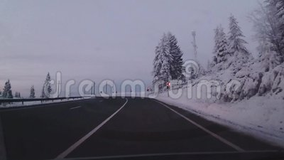 Conducción en un camino de la montaña almacen de video