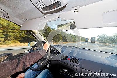 Conducción de un coche en tiempo asoleado