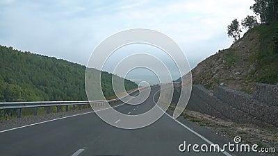 Conduciendo en el camino de la montaña, punto de vista del coche Cámara lenta almacen de metraje de vídeo