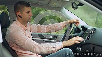 Conducteur recherchant l'itinéraire utilisant le système de navigation banque de vidéos