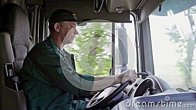 Conductor de camión en el coche almacen de metraje de vídeo