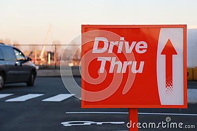 Conduisez par le panneau routier