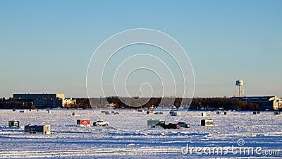Conduite de véhicules parmi des Chambres de pêche d'hiver sur un lac congelé dans Bemidji, manganèse clips vidéos