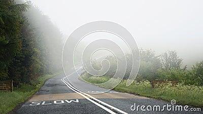 Conduzindo na estrada na névoa, perigo: slow down, ruptura